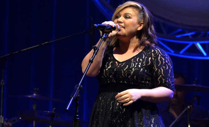Skinny People Insulted by Kelly Clarkson's Disregard of Celebrity Body Type Standards